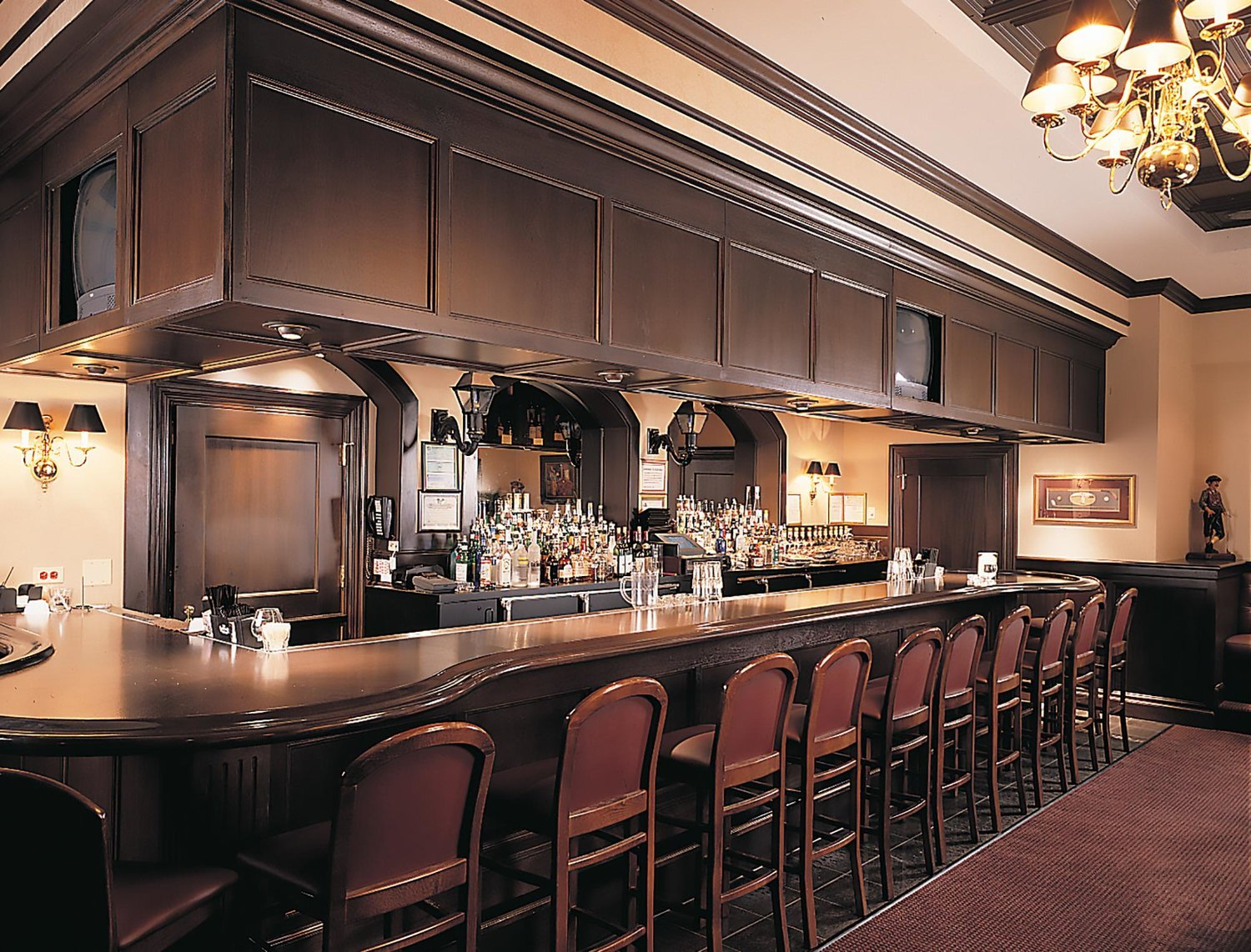 ruth chris Ruth's chris steak house is a chain of over 100 steakhouses across the united states, canada and mexico the restaurant is regarded as an upscale fine dining establishment, marking a gradual elevation in its status since its founding in the 1960s.